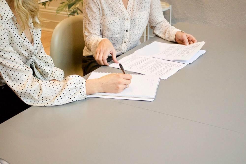 Mulheres analisando documentos da empresa.
