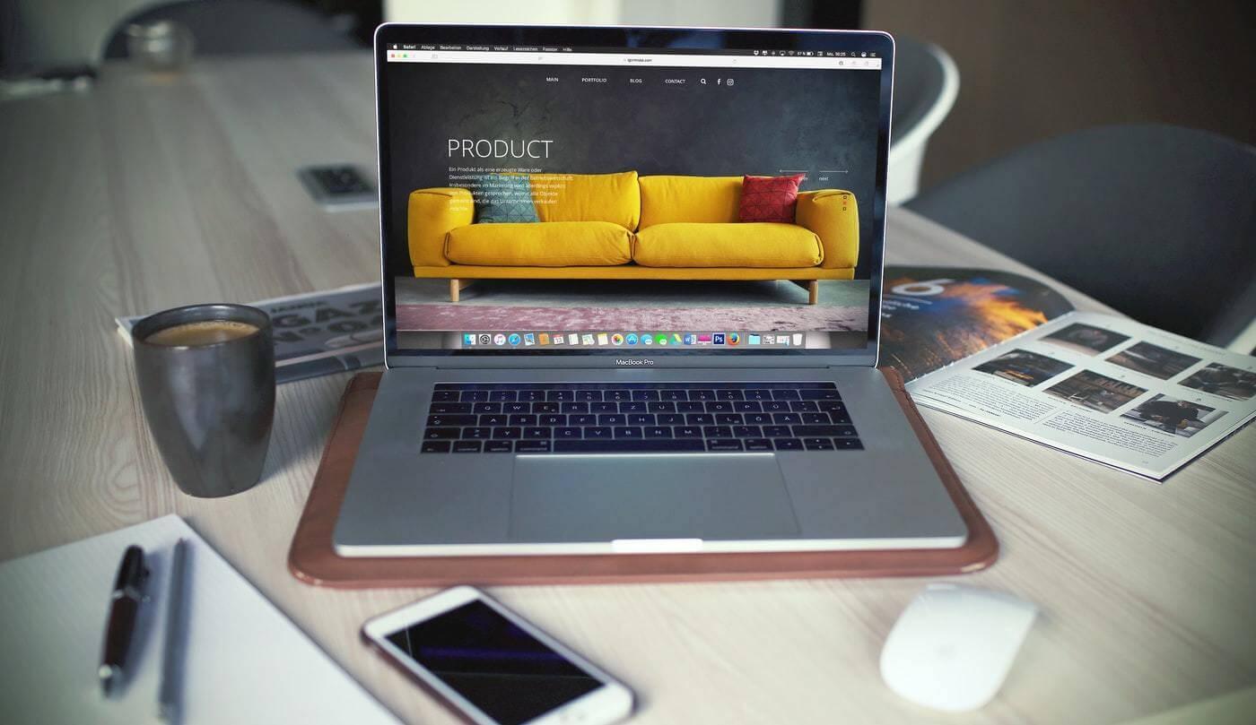 Página inicial de um e-commerce aberta em um computador.