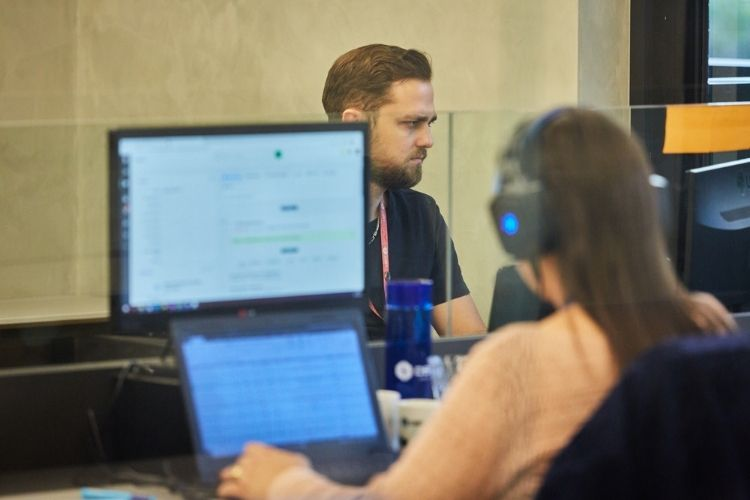 Homem e mulher trabalhando em escritório.
