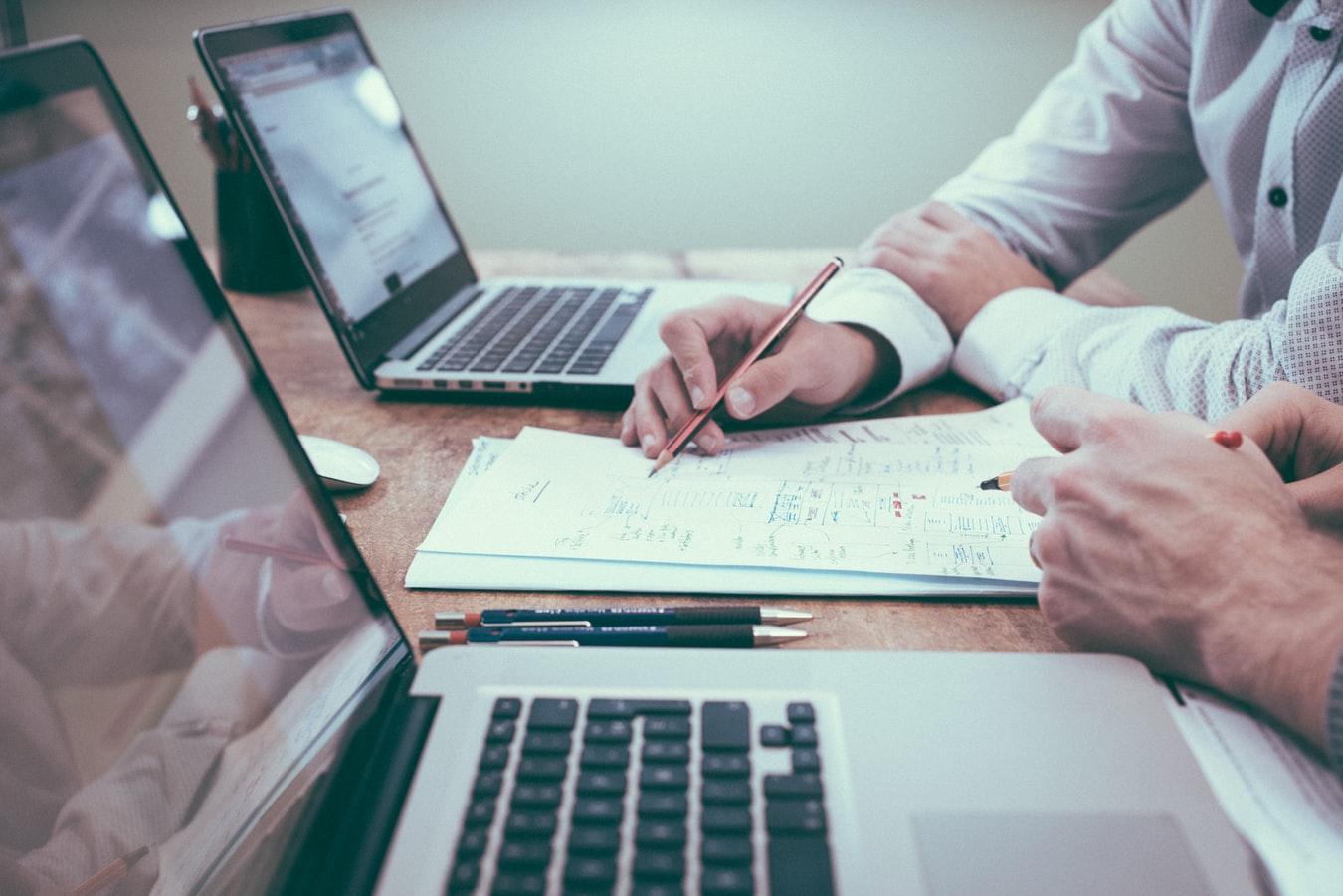 Mãos analisando resultados para tomar decisões.