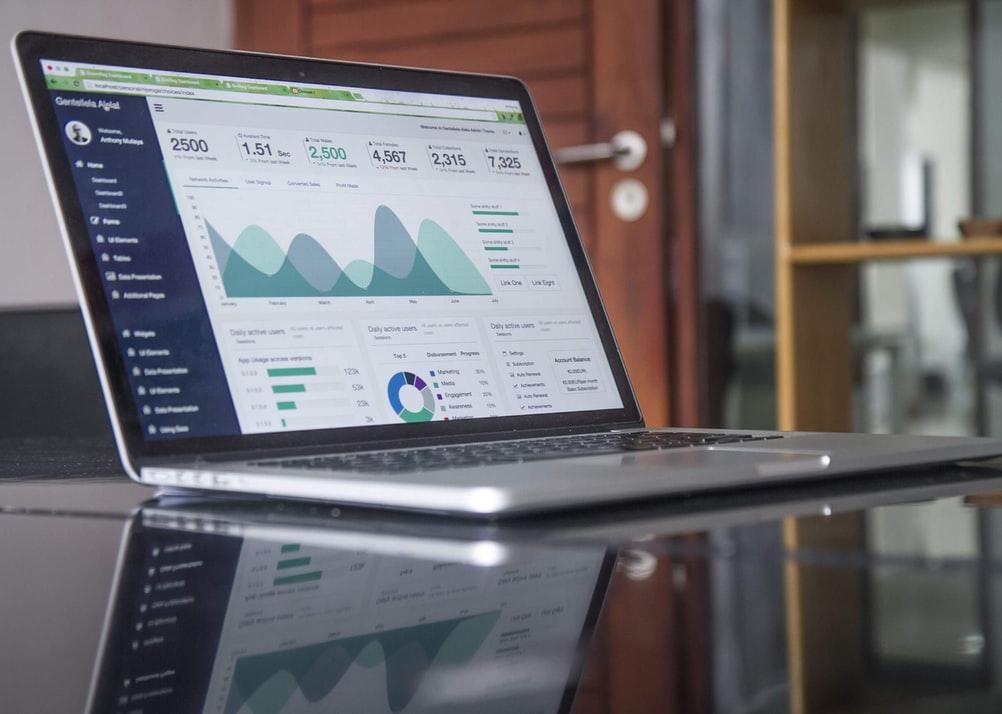 Computador exibindo os resultados de exemplos de cases de sucesso.