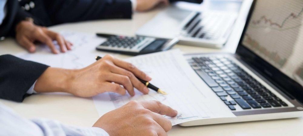 Pessoas Analisando Dados Sobre Conciliação Financeira Para Marketplace.