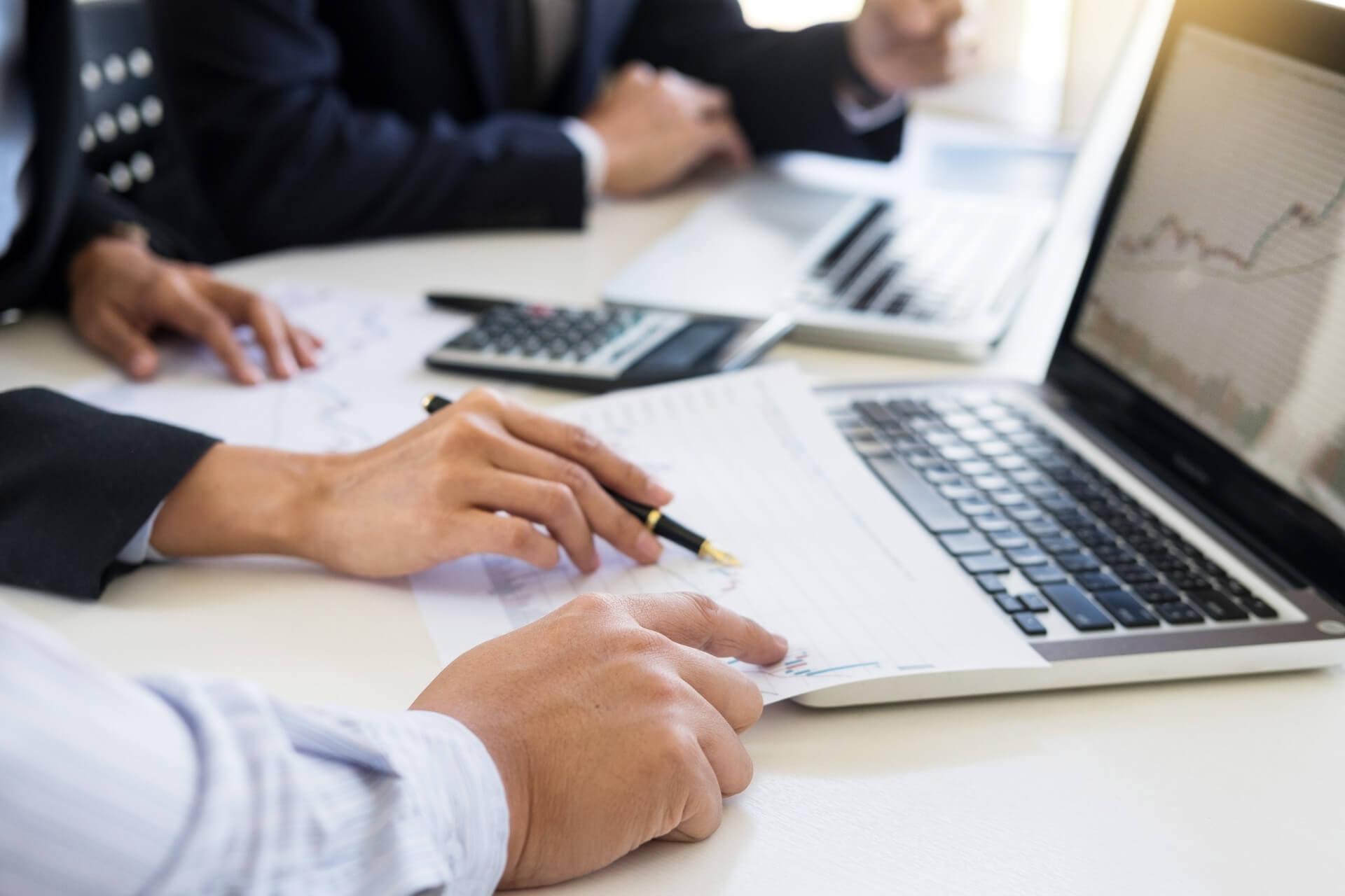 Pessoas De Negócios Analisando Gráficos E Calculando Estornos Dos Marketplaces.