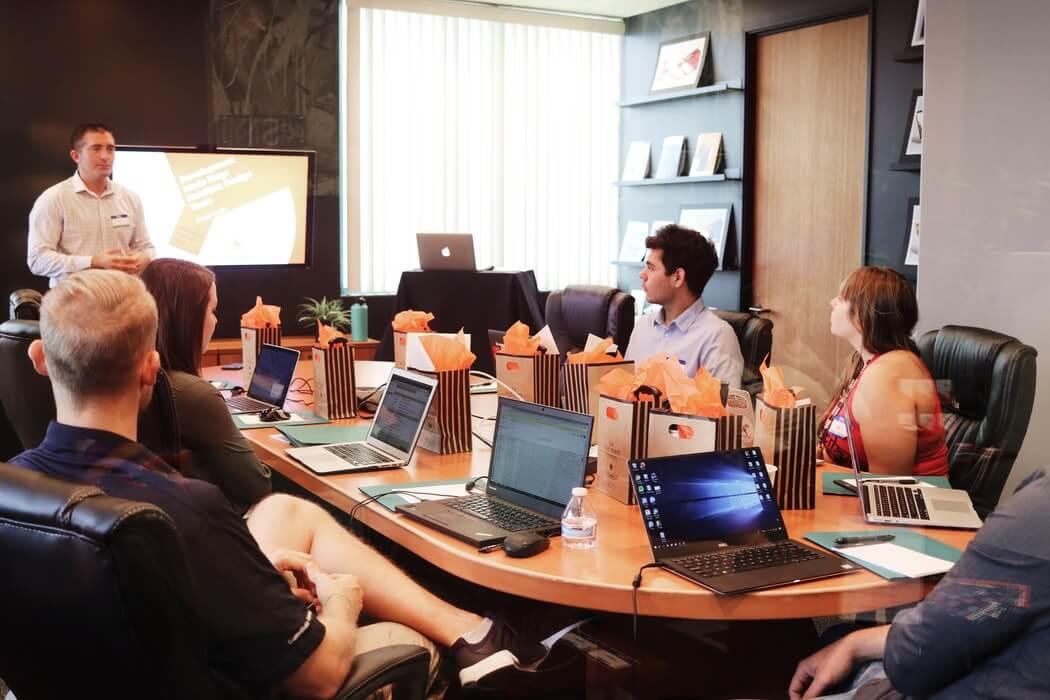 Equipe realizando treinamento para entender como ser um bom gerente de vendas.