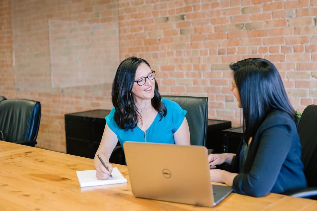 Mulheres conversando durante o trabalho.